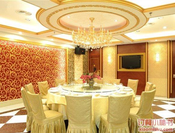 多功能宴会厅可同时容纳1000余人就餐,装修以现代的欧式风格,精致典雅